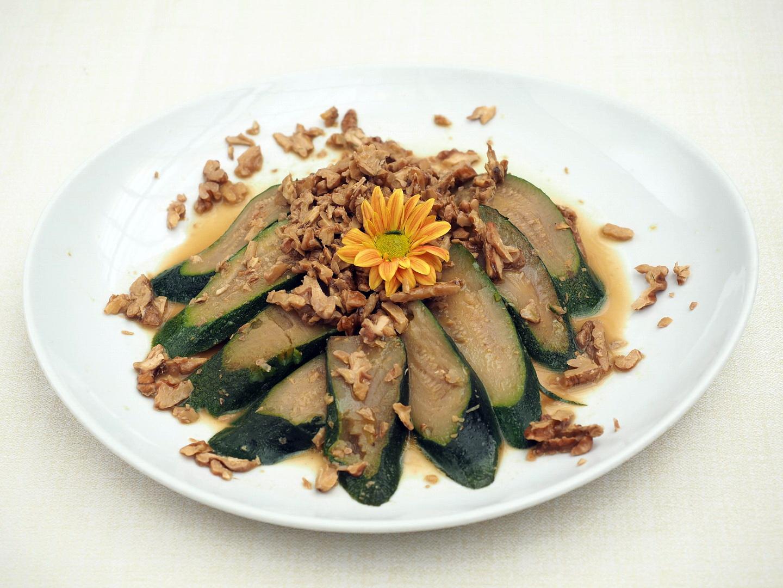 Filetti di orata con zucchine e noci