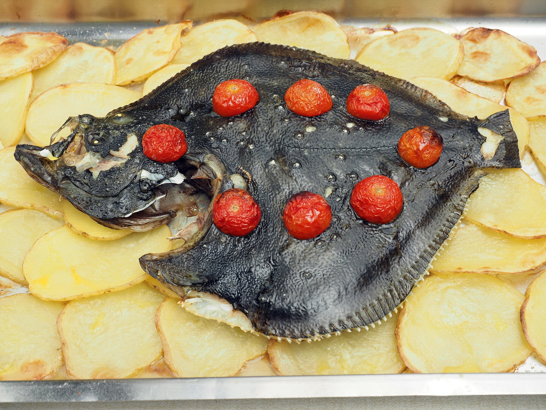 Pesce al forno su letto di patate