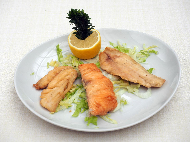 Tris di filetti di pesce fritti